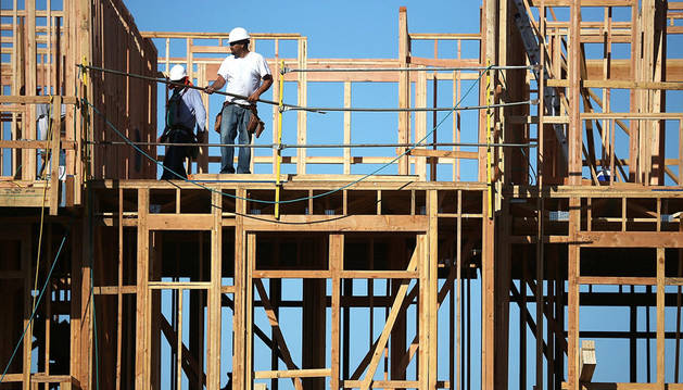 Unos trabajadores de la construcción en plena obra. La construcción es uno de los sectores más castigados por la crisis.