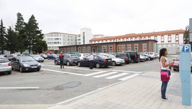 La zona naranja (más barata) de aparcamiento se llenó prácticamente a media mañana de ayer, pese a ser sábado y no haber consultas.