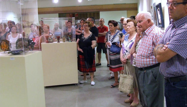 El público observa parte de los esmaltes expuestos en el museo.