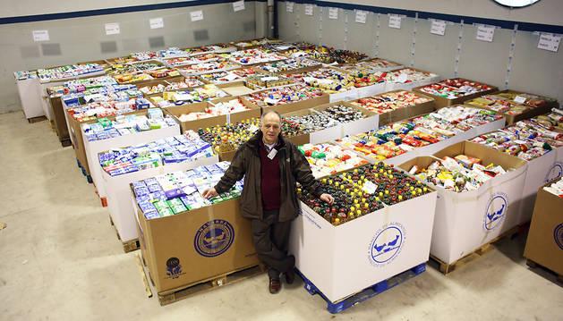 Gregorio Yoldi en una de las naves que tiene el Banco de Alimentos