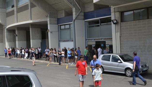Decenas de aficionados esperan frente a la puerta de las oficinas de Osasuna