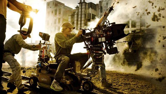 El realizador Michael Bay, durante un momento del rodaje de 'Tranformers 4'