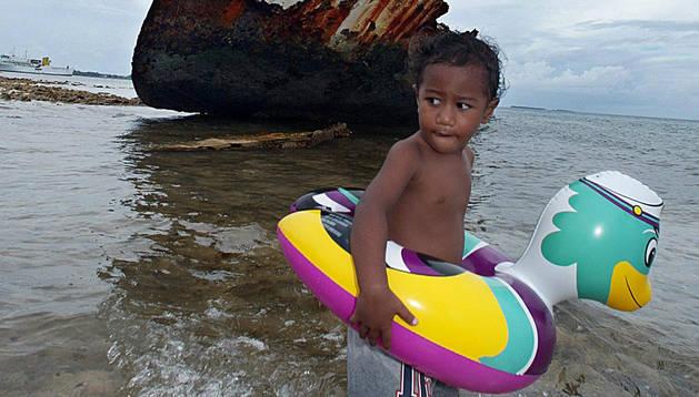 Un niño de la isla de Tuvalu, especialmente afectada por el cambio climático.
