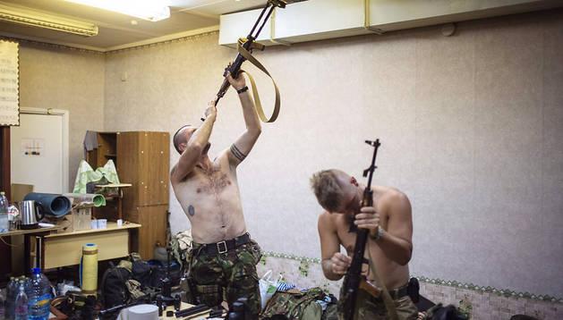 Soldados ucranianos limpian sus armas