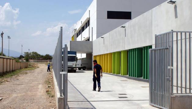 Operarios trabajan en el traslado del equipamiento del nuevo colegio de Cascante.