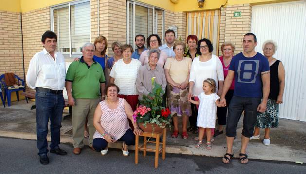 Ángeles Álava Jiménez, en el centro, rodeada de familiares, vecinos y amigos.