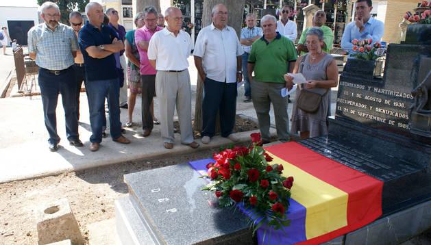 Un momento del homenaje que se llevó a cabo en el cementerio de Cascante.