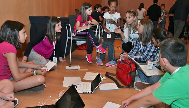 Alumnos del área de artes escénicas escuchan la explicación de una de las monitoras del campus ayer en Baluarte.
