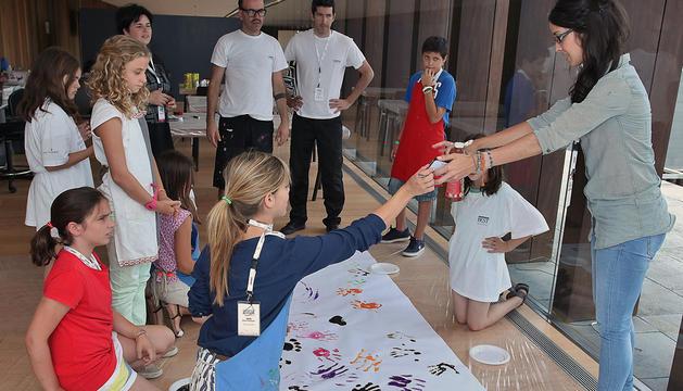 En arte y diseño hicieron un mural colectivo con pintura de manos.