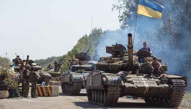 Tanques ucranianos en la ciudad oriental de Debalcevo.