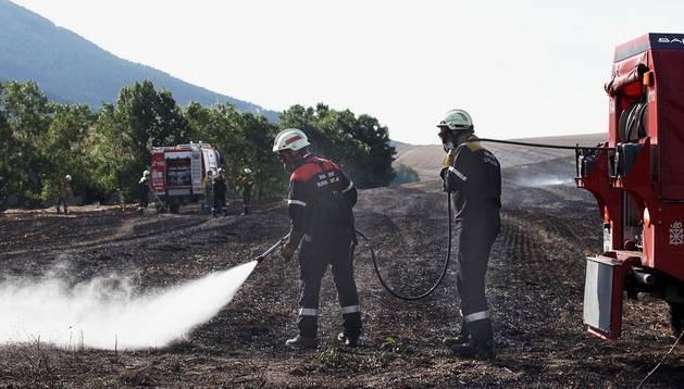 Varios bomberos finalizan las labores de extinción del fuego.