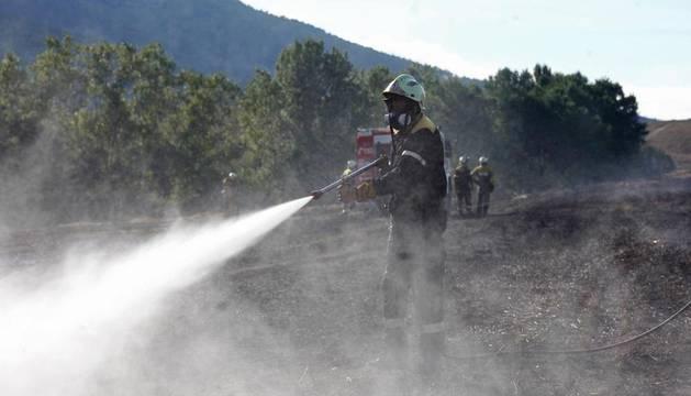 El fuego ha quemado un campo de cereal entre Azoz y Arre antes de ser apagado por dotaciones de varios parques de bomberos.