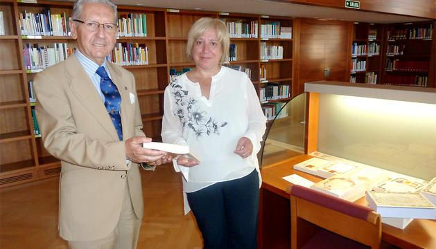 Ana Zabalegui recoge el lote de libros de la Real Asociación de Hidalgos.