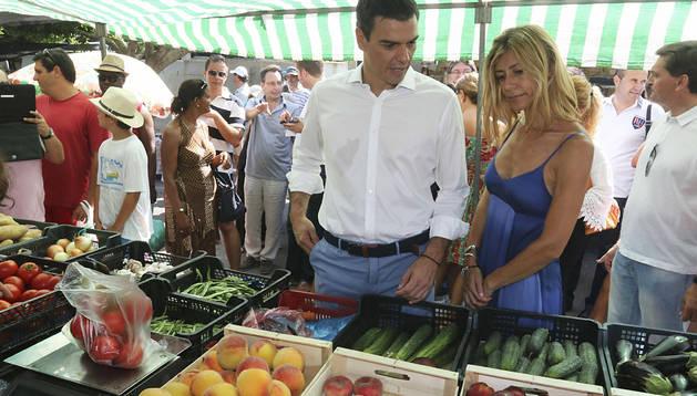 Pedro Sánchez, acompañado de su esposa, Begoña Fernández, compra en un mercadillo en Mojácar donde pasa unos días de vacaciones