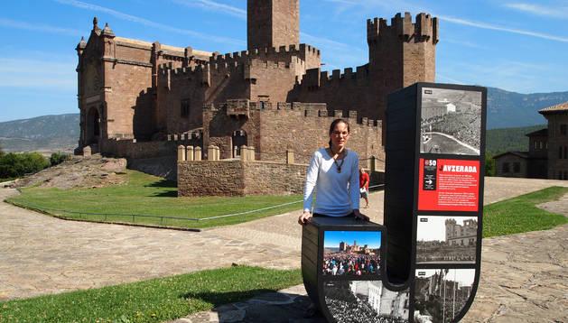 La alcaldesa, Mª José Guindano, con la primera letra de la palabra Javier con imágenes antiguas.
