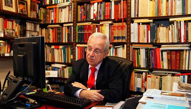 El expresidente y exdiputado del PP Jaime Ignacio del Burgo, en su despacho.