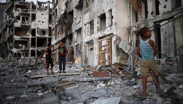 Varios niños juegan entre los escombros de las torres AL-Nada durante la tregua de 72 horas entre Hamás y el ejército israelí en Beit Lahiya, Franja de Gaza
