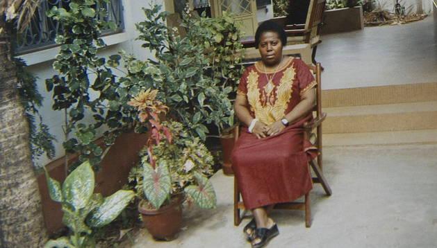 María Jesús Garde, vecina de la localidad navarra de Mélida de la casa en la que la monja Juliana Bonoha ha pasado sus vacaciones durante 40 años, muestra fotografías en las que aparece la religiosa