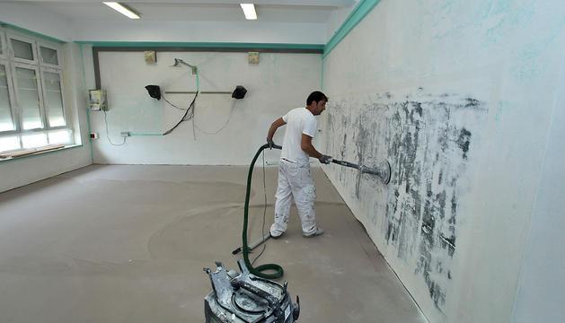 Un operario trabaja en las obras de reforma del colegio Víctor Pradera que se realizan estas semanas.