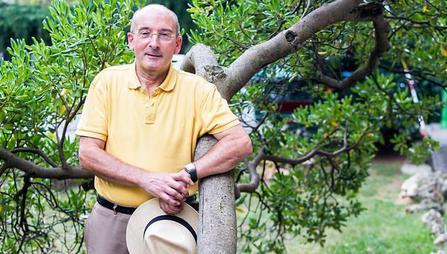 El expresidente Juan Cruz Alli, en una de las zonas verdes del barrio de San Juan, en Pamplona, ayer al mediodía