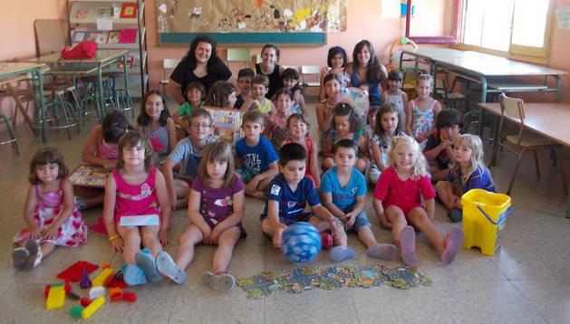 Los niños y niñas inscritos en la ludoteca posan junto a sus monitoras.