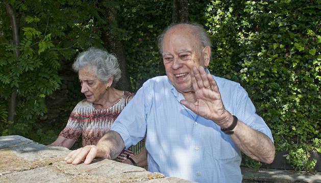 El expresidente catalán Jordi Pujol sale a pasear con su esposa, Marta Ferrusola.