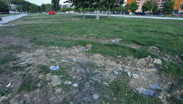 Los camiones de gran tonelaje han dejado evidentes huellas en el parque.