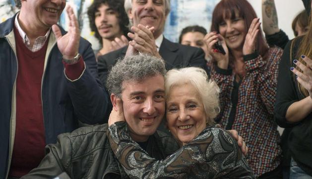 Guido Montoya Carlotto (c-i), el nieto recién restituido de Estela de Carlotto (c-d),  en su primera comparecencia pública