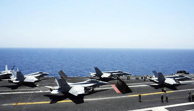 Miembros de la Marina estadounidense se preparan para el ataque