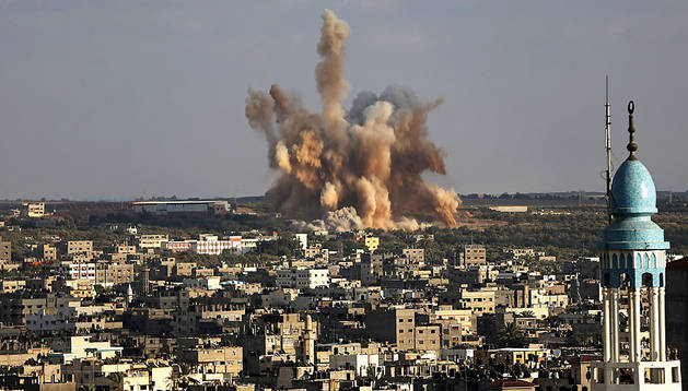 Explosión de un proyectil israelí en Gaza este sábado