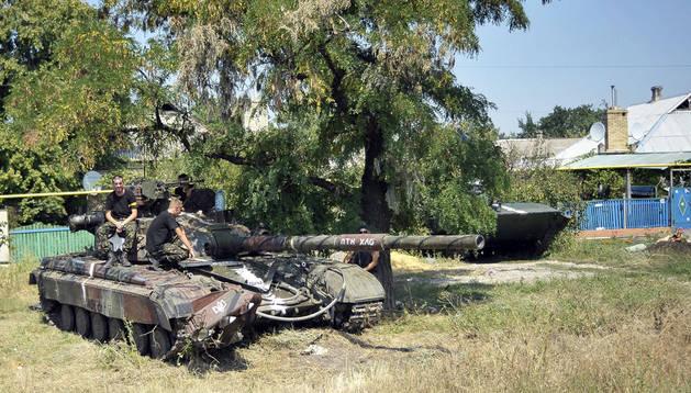 Soldados patrullan la localidad de Maryinka tras un enfrentamiento con milicianos prorrusos cerca de Donetsk