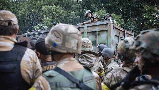 Soldados ucranianos se dirigen a Donetsk este domingo.