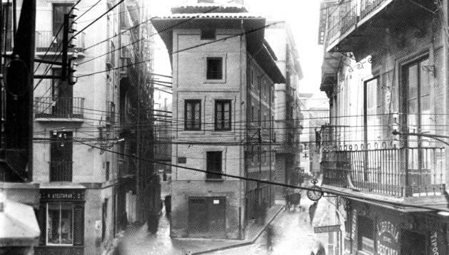 Así era el edificio que ocupaba el espacio entre las calles Calceteros y Mercaderes.