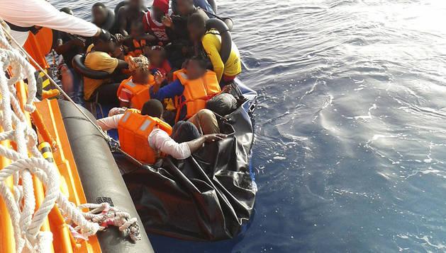Llegada a Motril de los 19 inmigrantes de origen subsahariano rescatados por Salvamento Marítimo