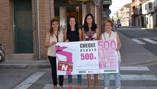 La ganadora y los representantes de la asociación de comerciantes, hosteleros y del sector servicios.
