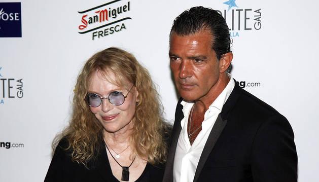 Antonio Banderas, anfitrión de la gala, y la actriz Mia Farrow, Premio Honorífico Starlite 2014
