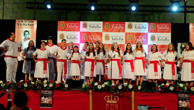 Foto de familia de los dieciocho joteros concursantes anoche en Tafalla del XXVIII Gran Certamen de la Jota Navarra y XXVI Campeón de Campeones.