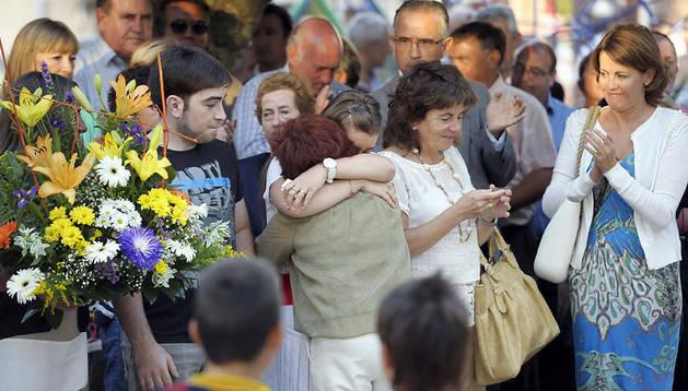 Javier y Laura Casanova (centro), junto a su madre Rosalía Saiz (2ª dcha.), hijos y viuda del subteniente Francisco Casanova durante el acto al que acudió la presidenta Yolanda Barcina (dcha.)