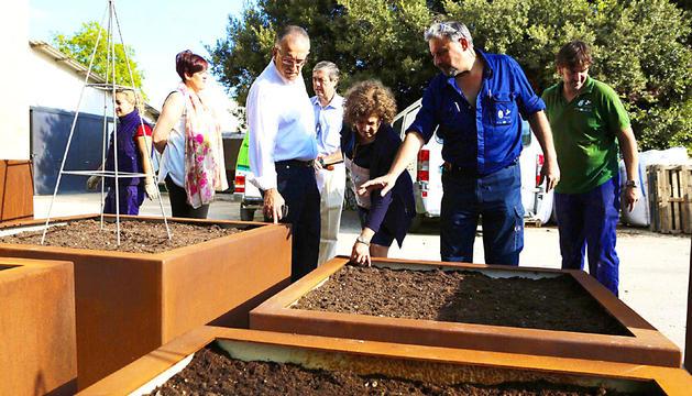 El alcalde, supervisando las creaciones de los alumnos