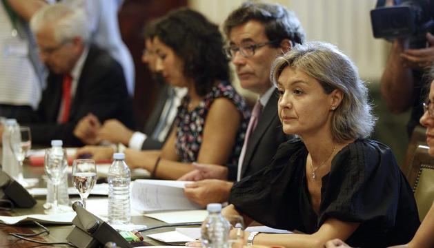 La ministra de Agricultura (d), durante la reunión para analizar con representantes del sector el veto de Rusia