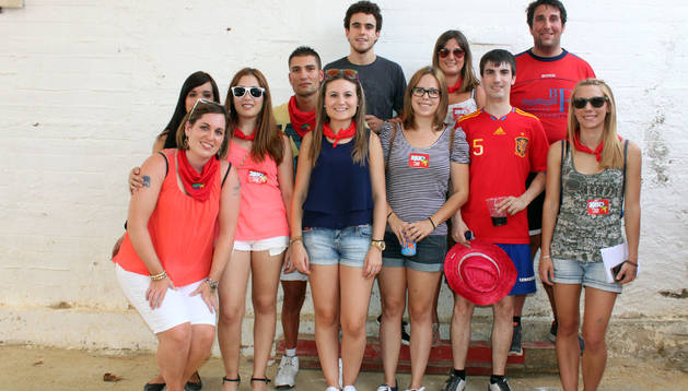 Varios jóvenes se preparan para el espectáculo Ajuci Prix.