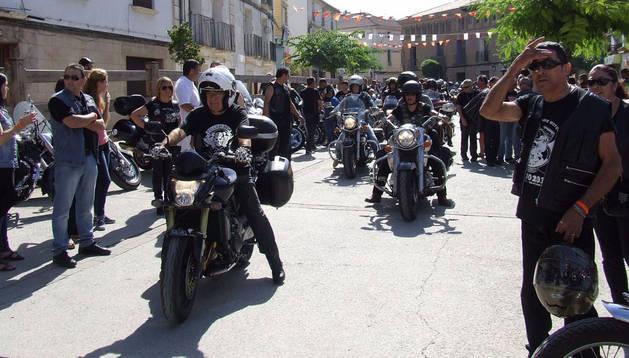 Las motos participantes recorrieron las calles de Arguedas.