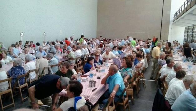 Un momento de la comida de hermandad que acogió el frontón de Garde.