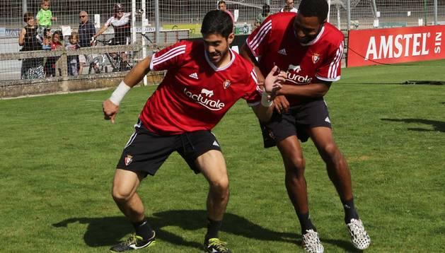 Jordan Loties sujeta a Roberto Santamaría durante el entrenamiento de ayer por la mañana en Tajonar