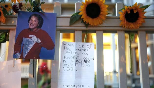 Numerosos fans han querido acercarse hasta su residencia. En la foto una niña llamada Pearson deja un mensaje :