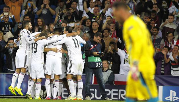 Los jugadores del Real Madrid celebran uno de los tantos anotados por Cristiano