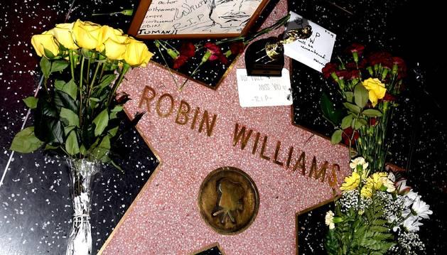 La estrella de Hollywood del actor se llena de flores y mensajes