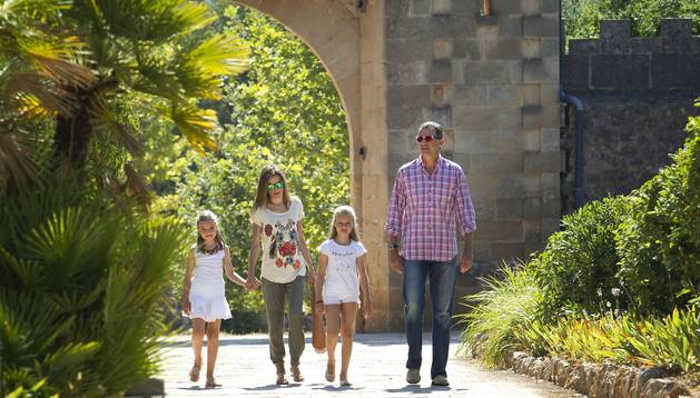 El Rey Felipe VI y doña Letizia con sus hijas