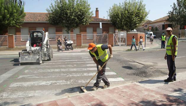 Operarios trabajan en un paso de peatones junto al colegio Griseras.