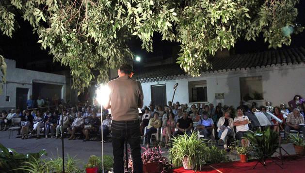 Los vecinos de Fontellas disfrutaron de los poemas a la luz de la Luna